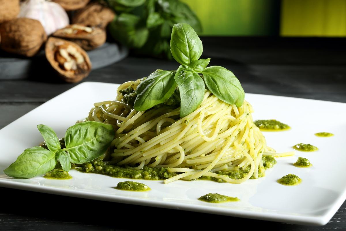 Спагетти с соусом песто и базиликом
