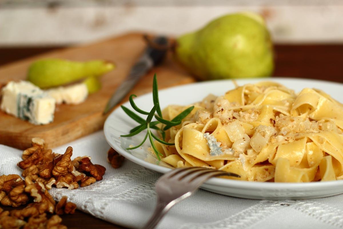 """Паппарделле с горгонзолой, фундком и грушей  """" Итальянская кухня """""""