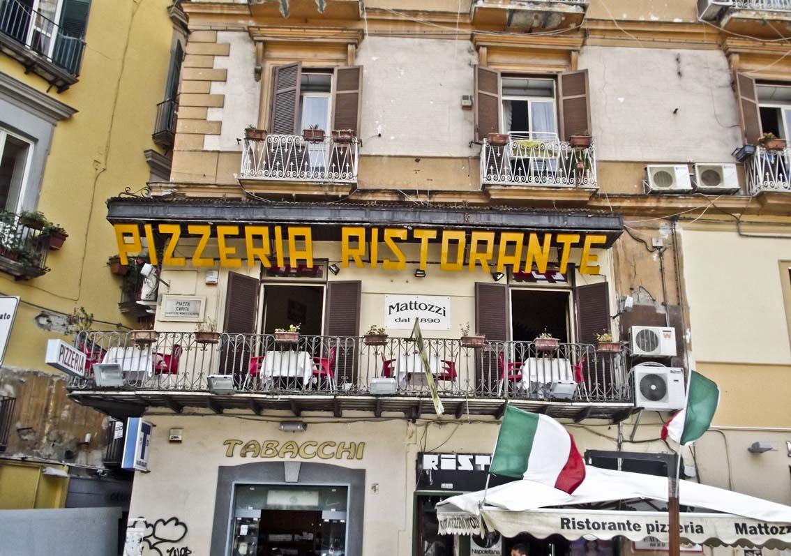 Самые знаменитые пиццерии Неаполя. Pizzeria Mattozzi  Фото: Элиот Браун CC-BY