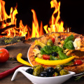 Heiße, frisch gebackene Pizza vor offenem Feuer :)